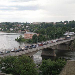 Пограничный мост на реке Нарва между Нарвой и Ивангородом. Фото: Hannu [Public domain], from Wikimedia Commons.